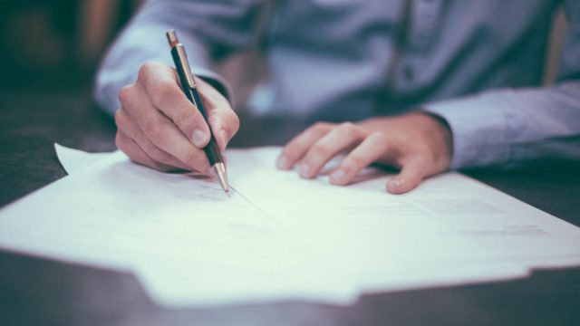 上に文字を書く手