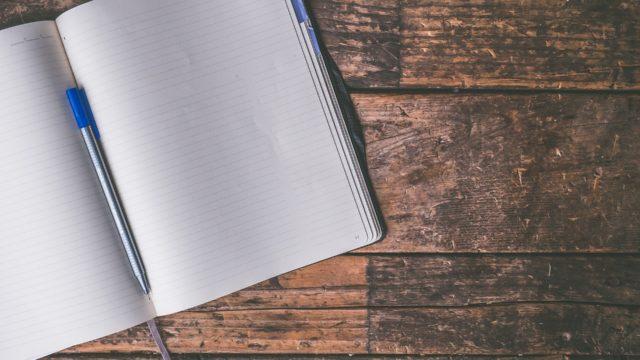 ウッドデスクとノート