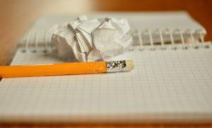 机の上の鉛筆とノート
